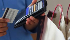 Увеличивается число желающих расплатиться банковской картой